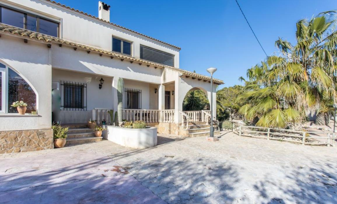 Spacious 5 Bedroom Family Villa With Swimming Pool